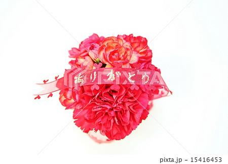母の日父の日・赤いカーネーションの丸型花束に「ありがとう」アップ・白バック横位置赤リボン中央 15416453