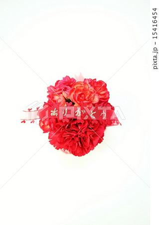 母の日父の日・赤いカーネーションの丸型花束に「ありがとう」・白バック縦位置赤リボン中央 15416454
