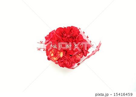 母の日父の日・赤いカーネーションのまん丸型花束に「ありがとう」・白バック横位置赤リボン中央 15416459