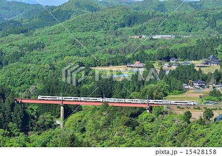鉄道 列車 新緑 山陰本線 下山~和知 京丹波町 質美川 鉄橋 山 俯瞰  15428158