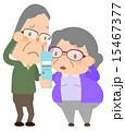 携帯電話を覗き込む老夫婦 15467377