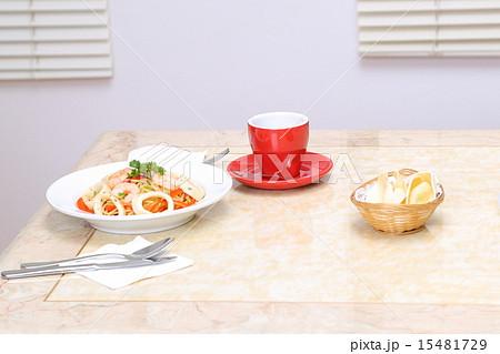 Seafood spaghetti on tableの写真素材 [15481729] - PIXTA