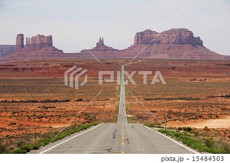 アメリカ 大自然 直線道路 モニュメントバレー グランドサークル 15484503