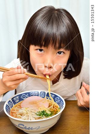 ラーメンを美味しそうに食べる女の子 15501343