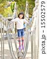 公園の遊具で遊ぶ女の子 15502579