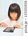 タブレットで遊ぶ女の子 15505956
