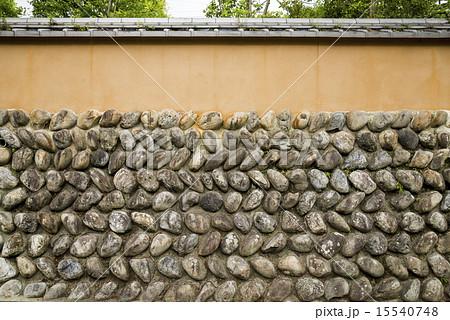 丸石が埋められた和風の塀 15540748