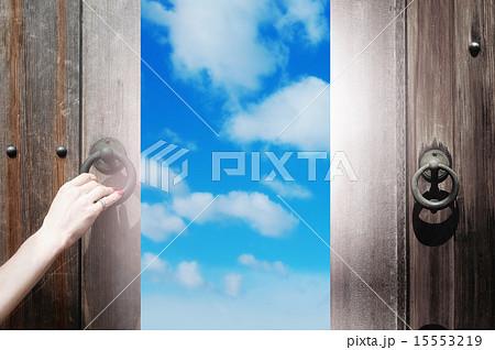 未来への希望の扉のイラスト素材 15553219 Pixta