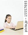 パソコンを使う女の子 15557693