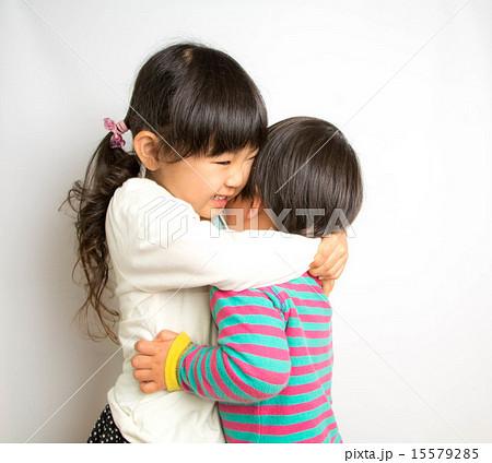姉が弟を抱きしめる 15579285