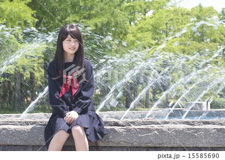 噴水の公園で待ち合せする女子高校生 15585690