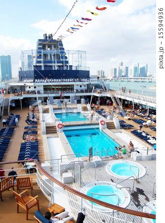 豪華客船の甲板で日光浴する人々。 15594936