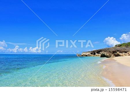 沖縄 夏の青い海 15598471