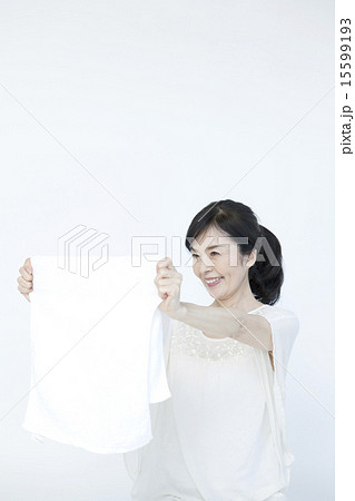 衣類と50代女性 15599193