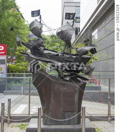 丸の内にあるオランダ船 「デ・リーフデ号」の彫刻(東京都千代田区) 15612328