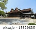 「吉備津神社」境内(右から)拝殿、本殿、神庫、神木の銀杏 15629835