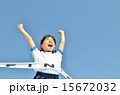 青空で走る女の子(体操服、ゴールテープ) 15672032