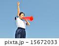 青空で応援する女の子(体操服、メガホン) 15672033