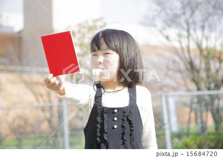 レッドカードを持つ女の子 15684720