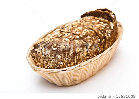 sliced wholemeal bread in wicker basket の写真素材 [15691009] - PIXTA