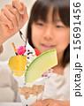 パフェを食べる女の子(パフェにフォーカス) 15691456