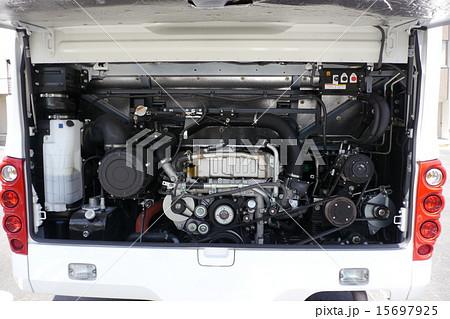 中型観光バスのエンジンルーム 15697925