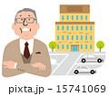 腕組をする年配のスーツの男性と4階建ての建物,駐車場 15741069