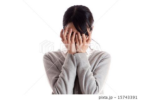 落ち込んだ女性 顔を手で覆うの...