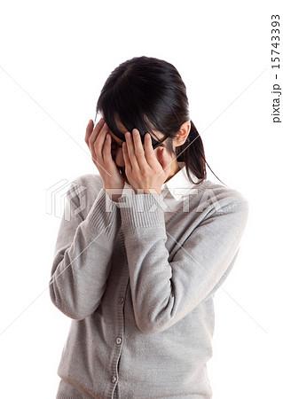 落ち込んだ女性 顔を手で覆う 15743393