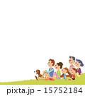 芝生に座る仲良し三世代家族 15752184