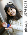 カスタネットを演奏する女の子 15764023