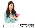 アジア人 カメラ目線 スマホの写真 15772555