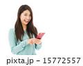 アジア人 カメラ目線 スマホの写真 15772557