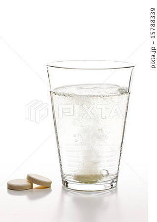 effervescent tablets and glass with waterの写真素材 [15788339] - PIXTA