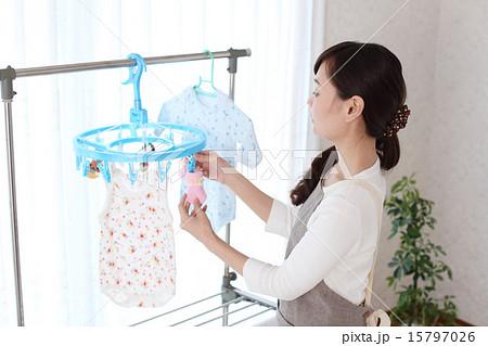 室内干しをする主婦の写真素材 [15797026] - PIXTA