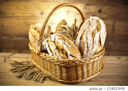 Baked bread in basket, natural colorful toneの写真素材 [15802906] - PIXTA