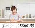 ノート・若い女性 15806155