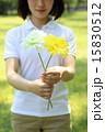 花を持つ女性 15830512