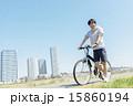 自転車に乗る若い男性 15860194