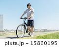 自転車に乗る若い男性 15860195