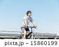 自転車に乗る若い男性 15860199