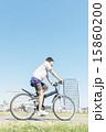 自転車に乗る若い男性 15860200