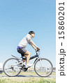 自転車に乗る若い男性 15860201