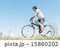 自転車に乗る若い男性 15860202