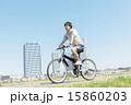 自転車に乗る若い男性 15860203