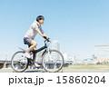 自転車に乗る若い男性 15860204