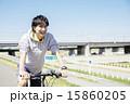 自転車に乗る若い男性 15860205