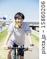 自転車に乗る若い男性 15860206