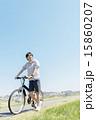 自転車に乗る若い男性 15860207