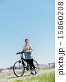 マウンテンバイクに乗る女性 15860208